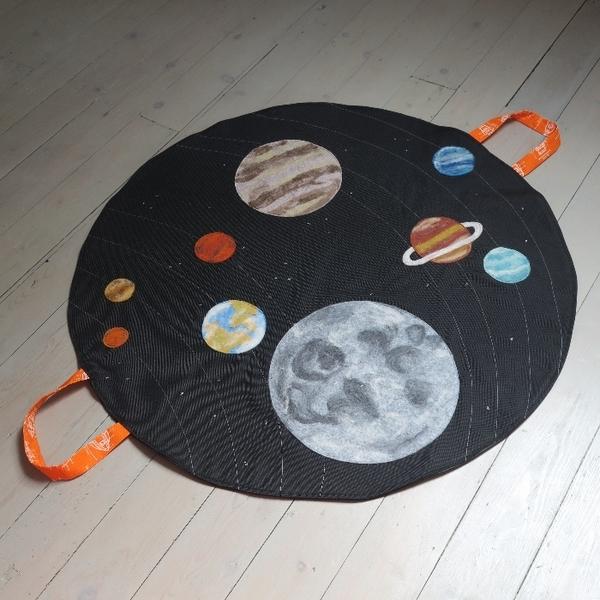 Allo la terre, ici la lune ! alias le tapis de jeu du système solaire-Assemblage final