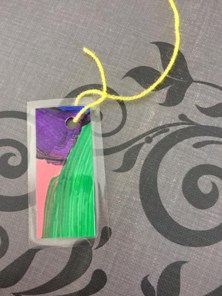 Fabriquer un mobile nature en recyclant des dessins ou peinture-Instant fixation des éléments