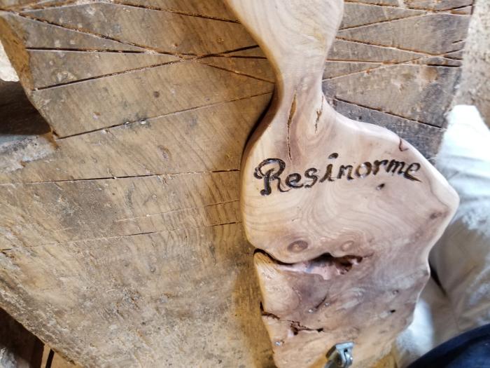 Planche de Présentation bois D'orme et résine époxy.-Marquez la planche