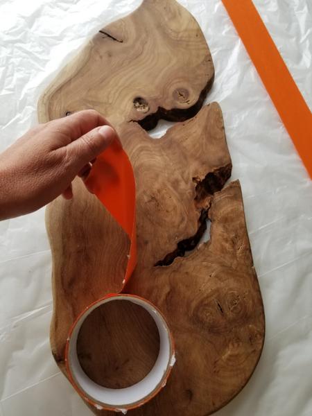 Planche de Présentation bois D'orme et résine époxy.-Mise en place de scotch