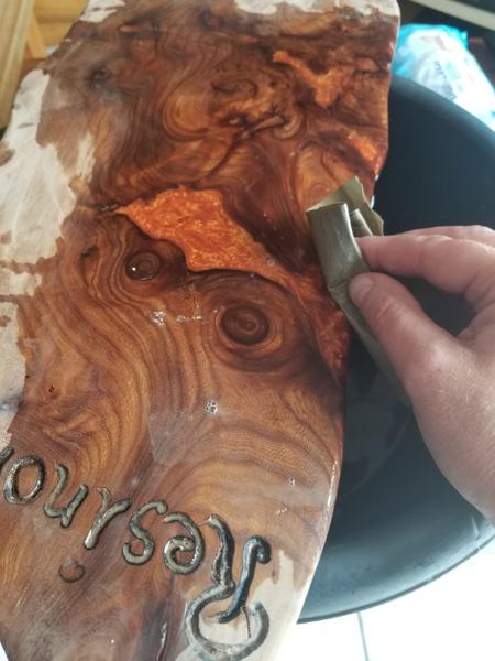 Planche de Présentation bois D'orme et résine époxy.-Poncez la résine