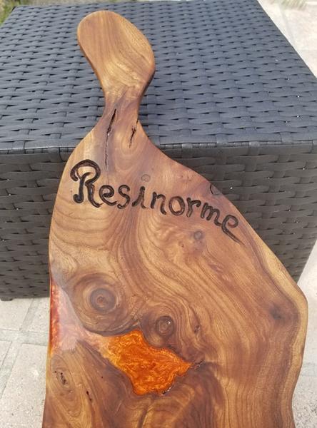Planche de Présentation bois D'orme et résine époxy.-Lustrage de la résine / finitions