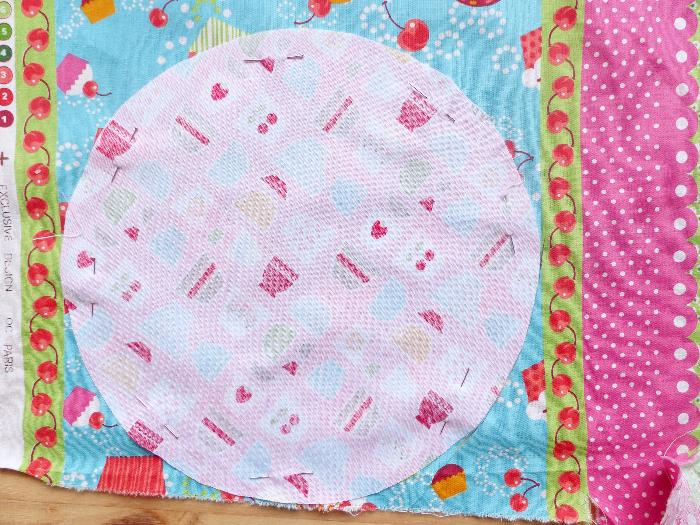Dessous de théière et tasses-Découpe des ronds en tissu