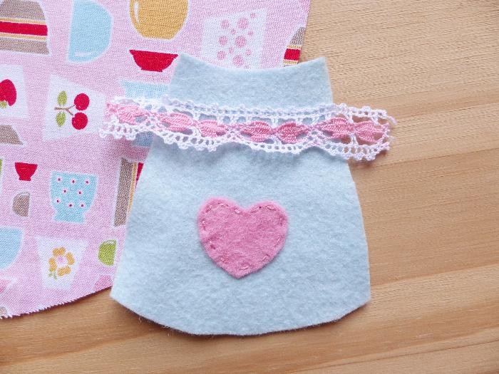 Dessous de théière et tasses-Couture de la théière sur le tissu