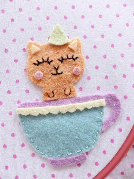 Cadre tea time en feutrine ♥-Couture des éléments sur le tissu