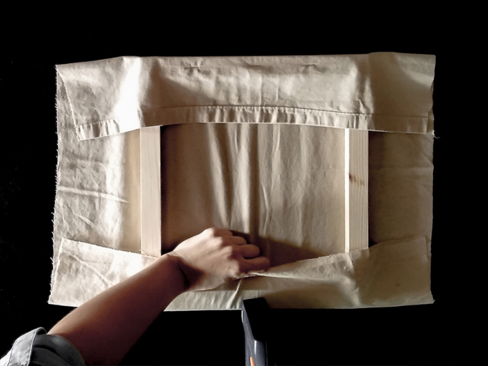 Cadre brodé tendance tropicale-La fixation du tissu sur le châssis