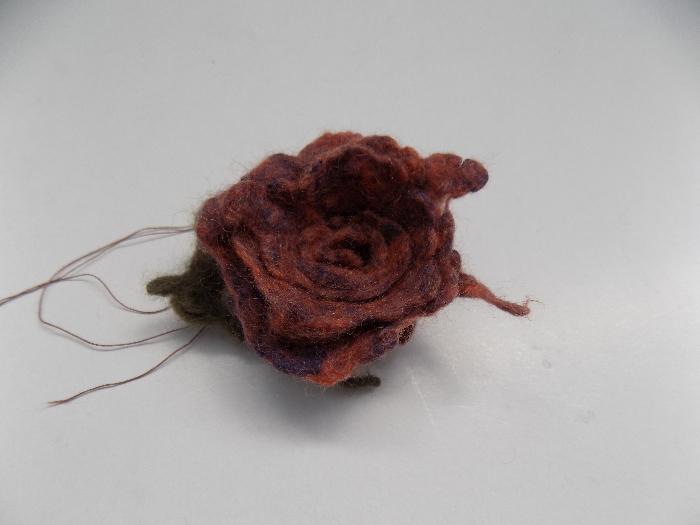Comment utiliser les restes de laine pour feutrer une fleur-Fixer la feuille à la fleur