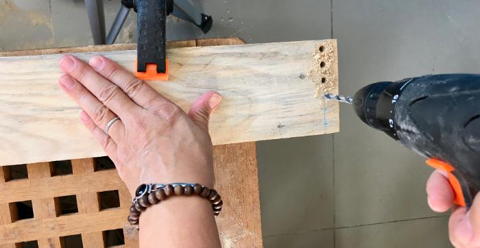 Une étagère en bois et macramé-Percer les planches