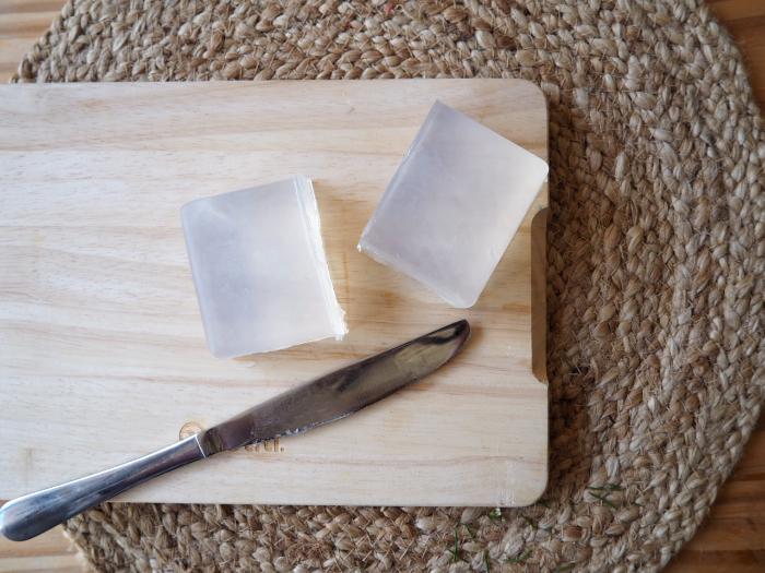 Savons au fleurs de Wax-Faire fondre le pain de savon...