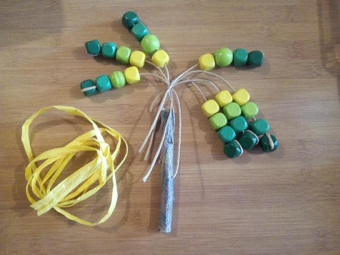 Un palmier en papier / perles colorées-Fixer les branches