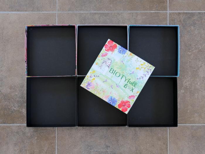 Une étagère murale upcyclée-Peindre les boites en carton