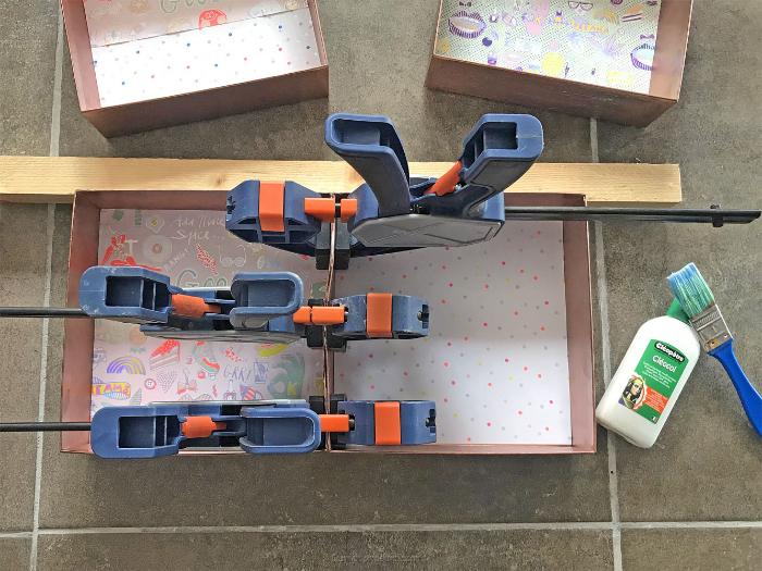 Une étagère murale upcyclée-Coller les boites pour assembler l'étagère