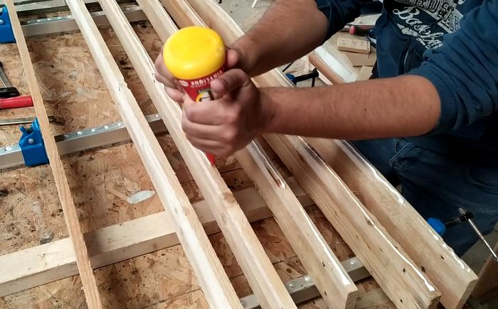 Fabriquer un panneau en bois avec des LED-Coller les planches pour faire des panneaux