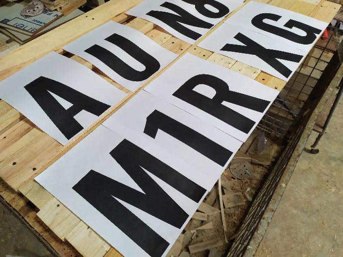 Fabriquer un panneau en bois avec des LED-Découper les lettres