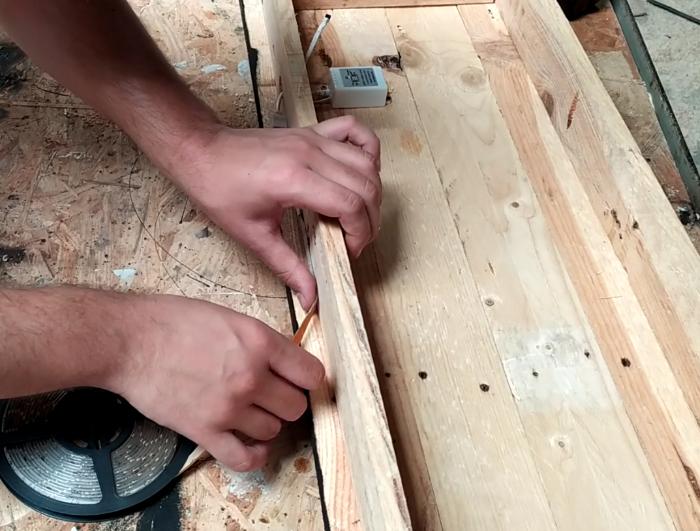 Fabriquer un panneau en bois avec des LED-Installation du ruban LED et de la fixation