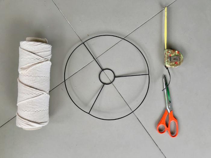 Un abat-jour en macramé-On récupère l'anneau en métal