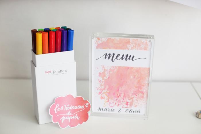 Menu en lettering et fond aquarelle pour un mariage coloré-Finition au lettering et décoration fleurie
