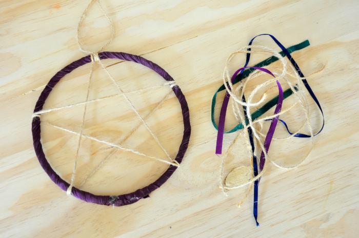 Attrape-rêves de sorcière (qui laisse passer l'air)-Des rubans et du fil