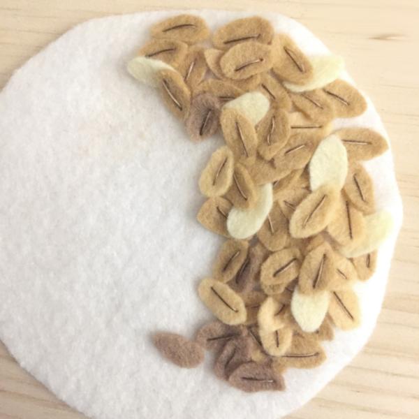 Muësli en feutrine, dînette-Réalisation des flocons d'avoine pour le muësli