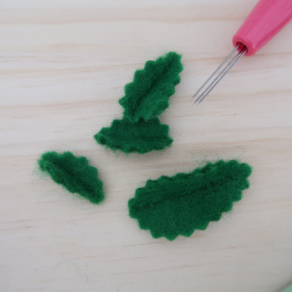 Limonade en feutrine pour jouer à la dînette-Broderie des feuilles de menthe pour terminer l'ouvrage