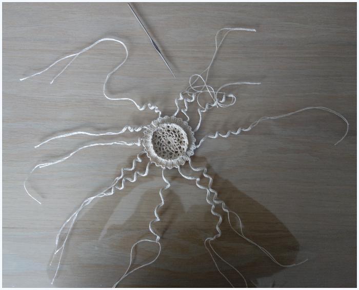 """Transformer un cadre en présentoir à boucles d'oreilles-Ajouter les """"rayons"""" au napperon"""