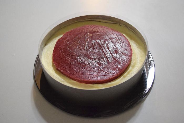 Entremet litchi-framboise-mangue, dacquoise avocat-Fin du montage