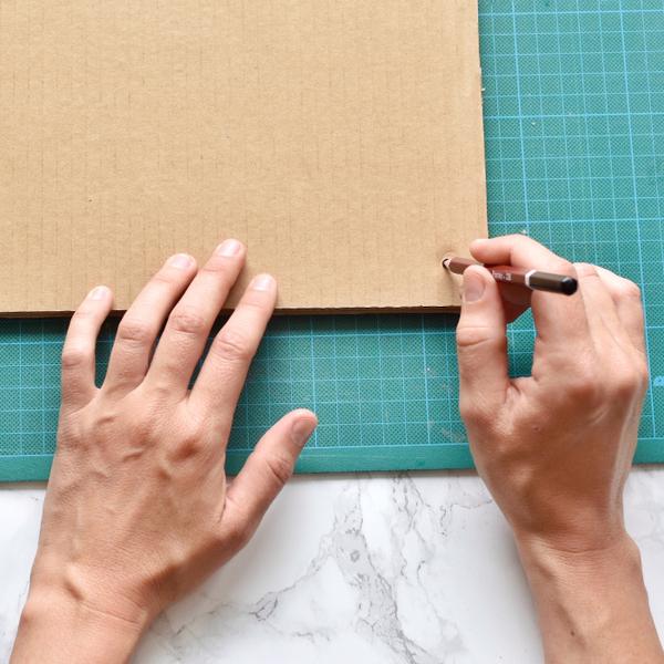 Faire un presse-fleurs avec du carton-Perforez les planches de cartons