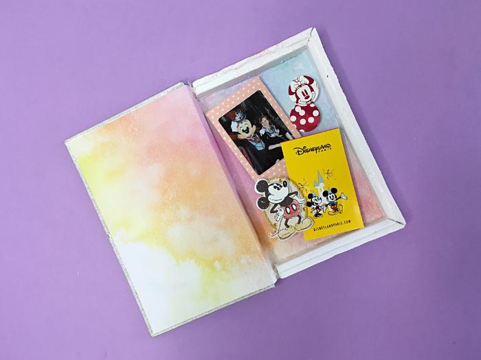 Souvenirs en livre-vitrine-Les souvenirs.