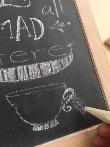 Dessiner une ardoise décorative pour une Tea party-Dessiner la tasse et les éléments dans la partie réservée