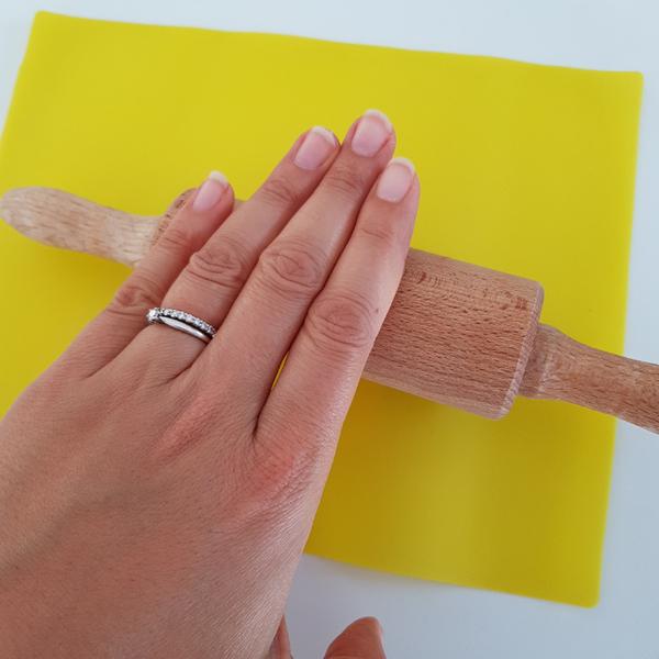 Décoration Feuilles de Thé en Porcelaine Froide-Prélever et aplatir un morceau de pâte