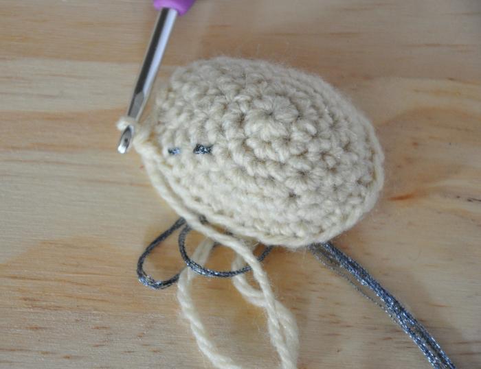 Poupée vaudou (qui provoque des chatouilles) [crochet/couture/broderie]-La tête [crochet]