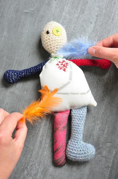 Poupée vaudou (qui provoque des chatouilles) [crochet/couture/broderie]-Torturez... ou chatouillez !