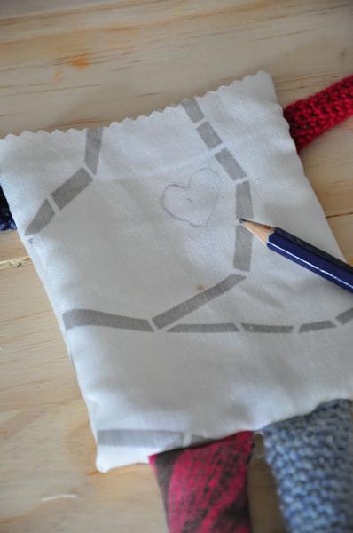 Poupée vaudou (qui provoque des chatouilles) [crochet/couture/broderie]-Le coeur [broderie]