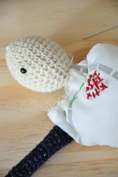 Poupée vaudou (qui provoque des chatouilles) [crochet/couture/broderie]-Assemblage de la tête sur le corps [couture]