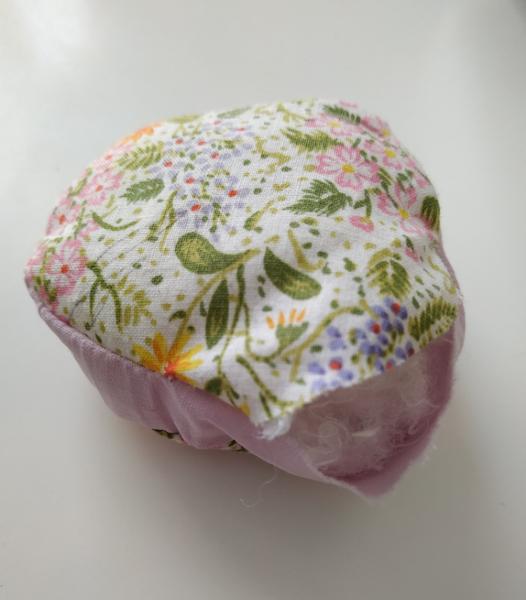Une fleur pique-aiguilles-Rembourrer et fermer