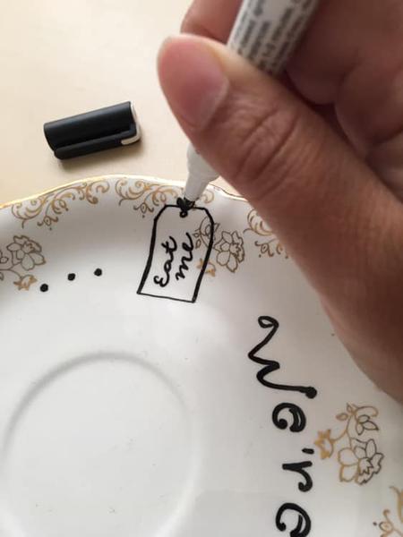 Tasse de thé et soucoupe Alice au Pays des Merveilles-¨Peindre le texte sur la soucoupe
