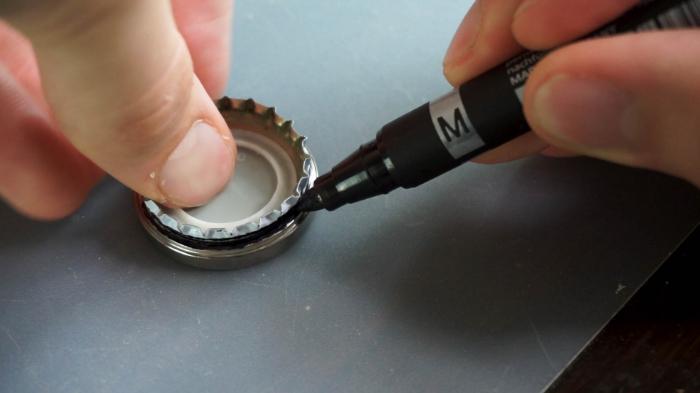 Un Pendentif à partir d'une Capsule de Bière-Découper la capsule
