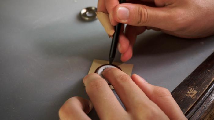 Un Pendentif à partir d'une Capsule de Bière-Couvrir l'arrière du pendentif