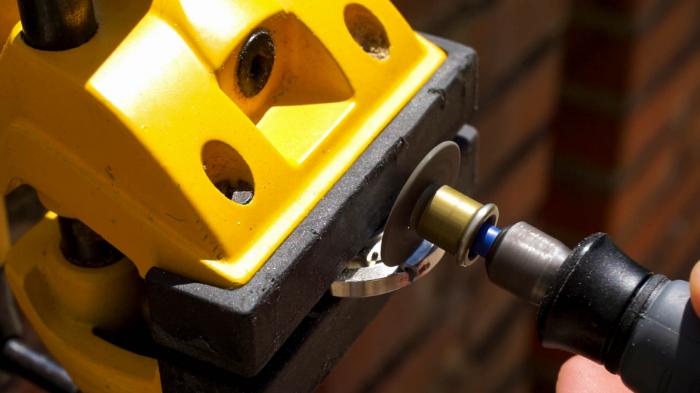 Un Pendentif à partir d'une Capsule de Bière-Ajouter une fente pour faire passer la ficelle (optionel)