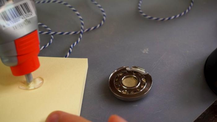 Un Pendentif à partir d'une Capsule de Bière-Ajouter la ficelle