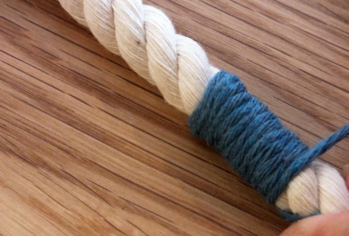 Des porte-clefs colorés-Entourer la laine autour de la corde
