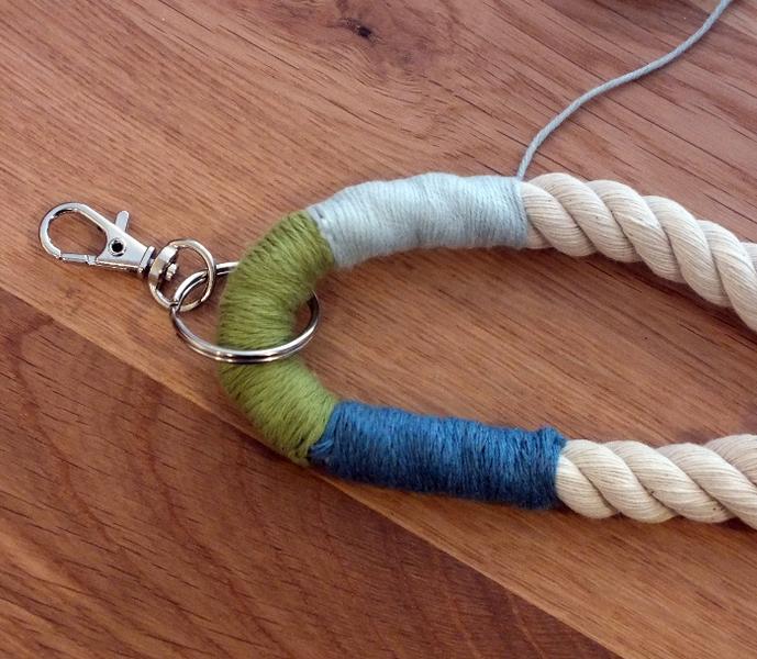 Des porte-clefs colorés-Rassembler les deux brins de corde