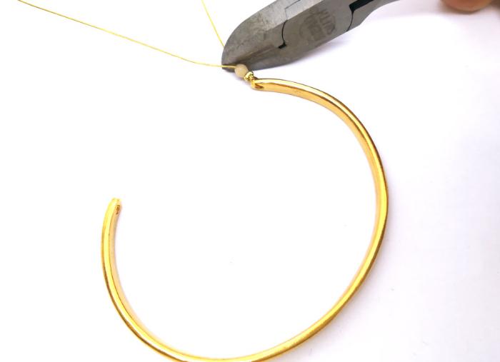 Bracelet en pierres naturelles-Pose sur le bracelet