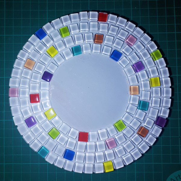 Décorer un dessous de plat en mosaïque-Coller les tesselles