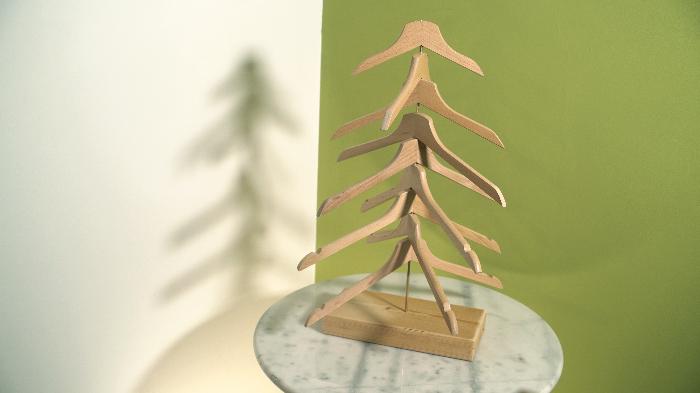 Un Sapin de Noël réutilisable avec des cintres-Montage et décoration