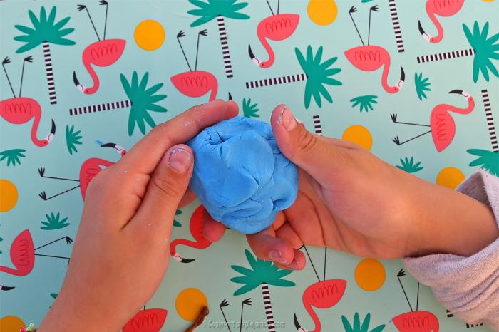 DIY kids : fabriquer un petit cache pot pour plante en pâte à modeler-Fabriquer le pot en pâte