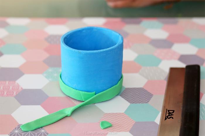 DIY kids : fabriquer un petit cache pot pour plante en pâte à modeler-Décorer le pot avec des fleurs