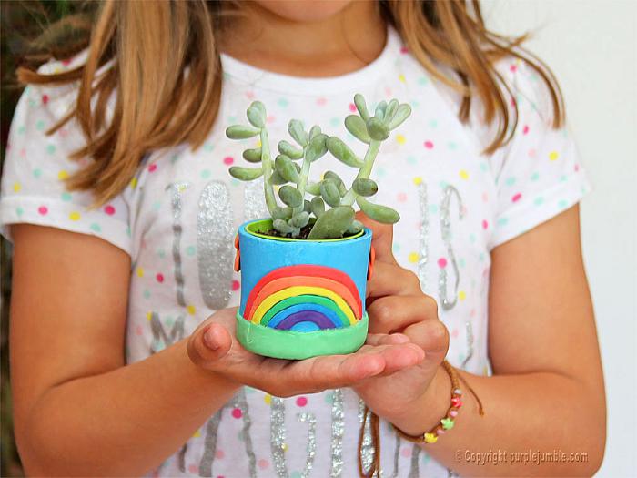 DIY kids : fabriquer un petit cache pot pour plante en pâte à modeler-Ajouter un arc en ciel