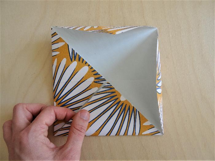 Petite boîte en papier peint recyclé-Plier le premier carré
