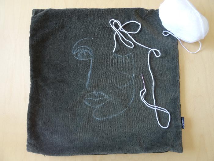 Le coussin au doux visage abstrait-Broder en utilisant le point de chaînette